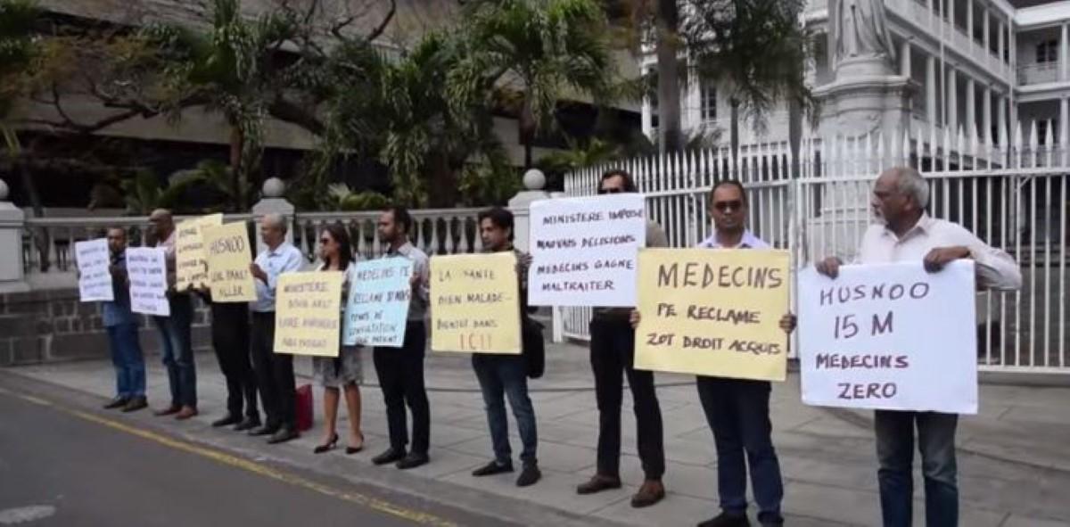 Droits des médecins : manifestation devant le Parlement