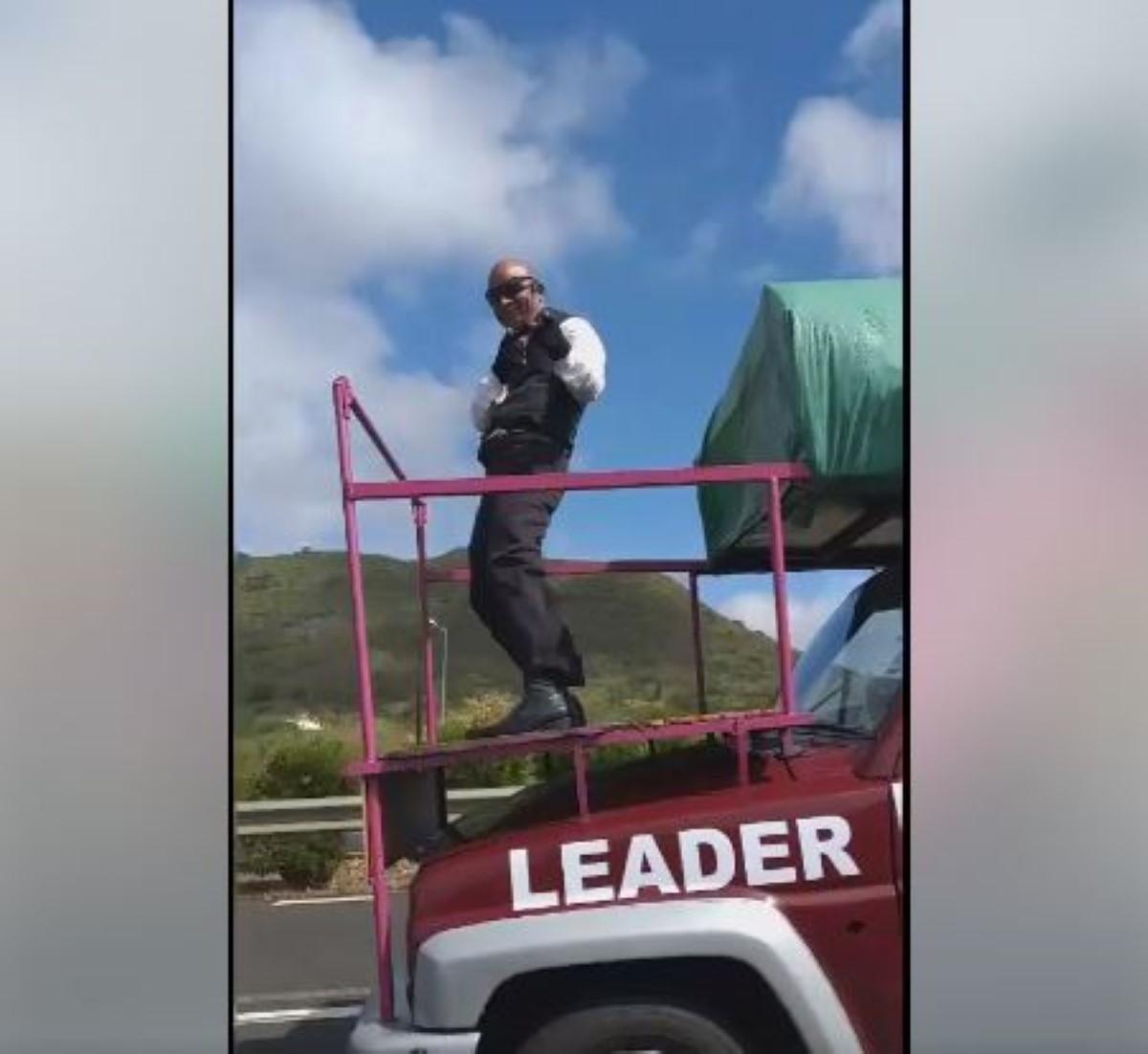▶️ Les pitreries de Monsieur Malin sur l'autoroute ne font pas rire