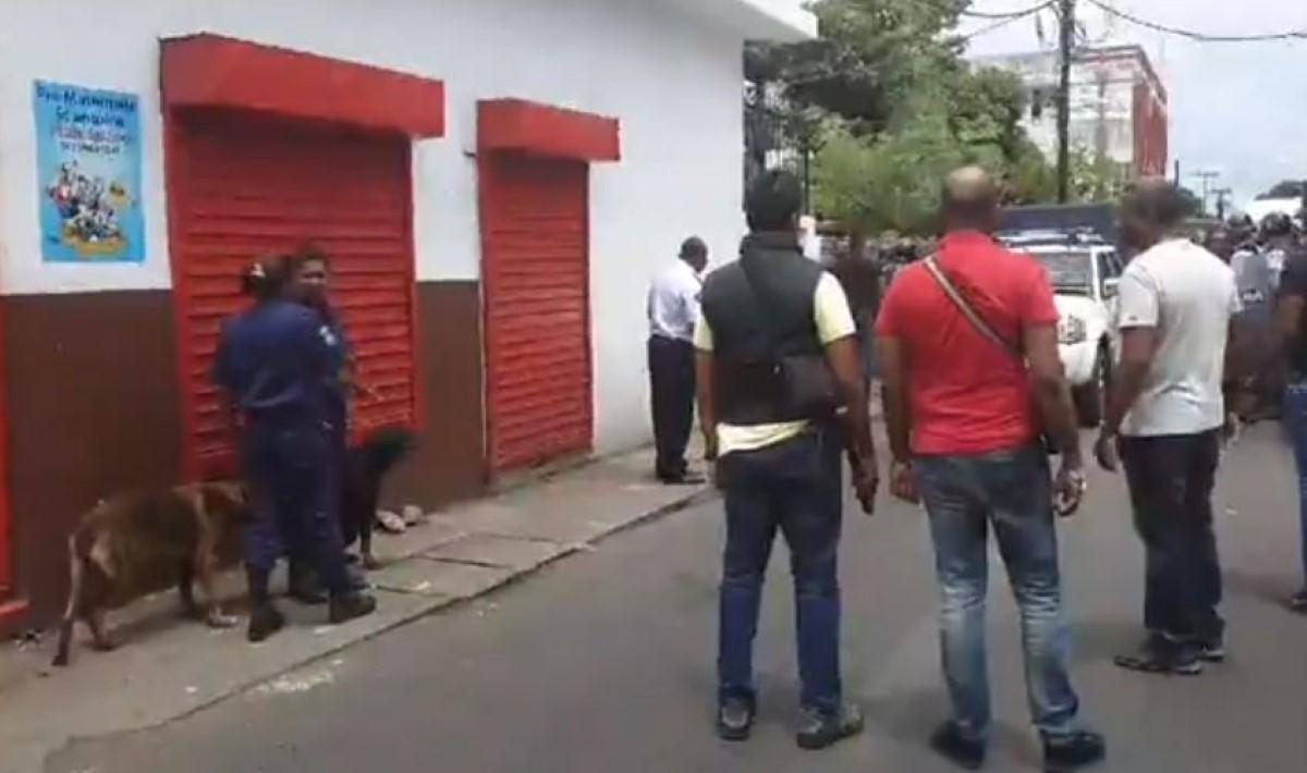 Sainte-Croix : Prise à partie, la police tire en l'air pour disperser une foule hostile