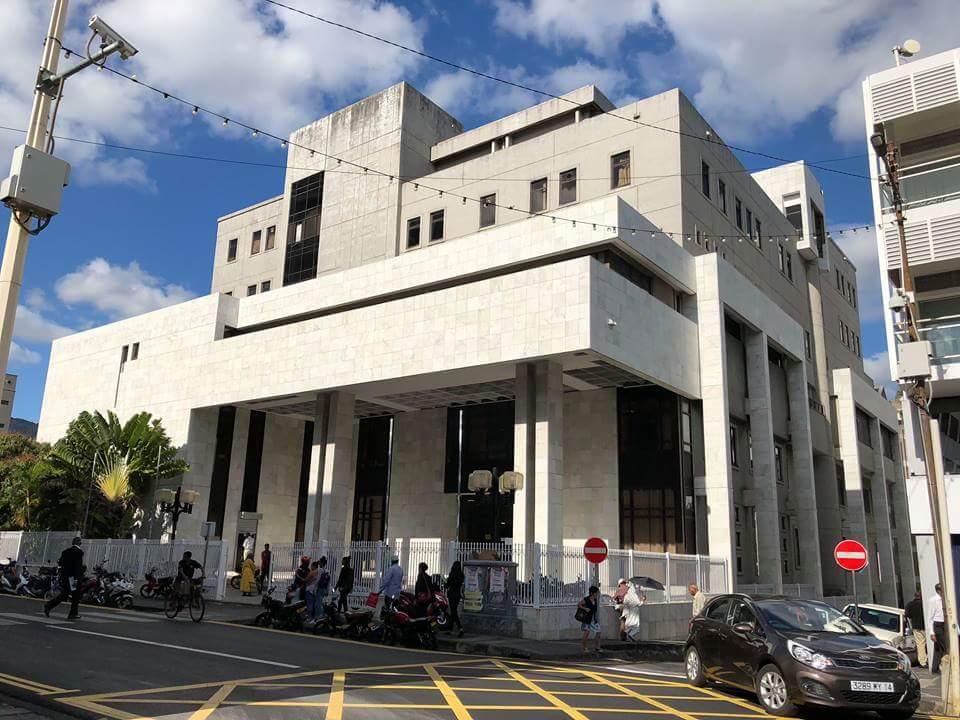 Crêpage de chignons devant la New Court House