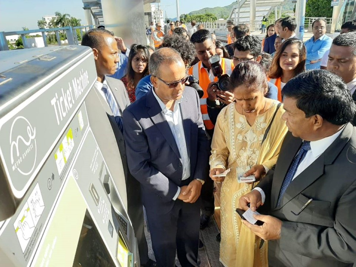 ▶️ Le Président de la République achète son ticket de Metro en sollicitant son épouse pour un billet