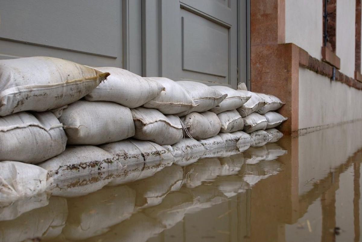 A Quatre Bornes, la municipalité empile et distribue des sacs de sable en prévision des accumulations d'eau