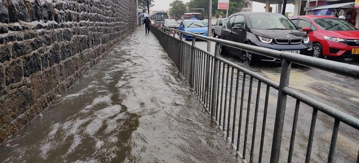 Les tests de conduite maintenus malgré les accumulations d'eau dans la capitale