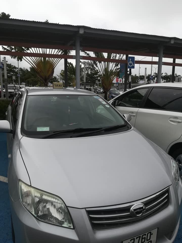 Aéroport de Plaisance : Stationnement abusif des chauffeurs de taxi sur les places réservées