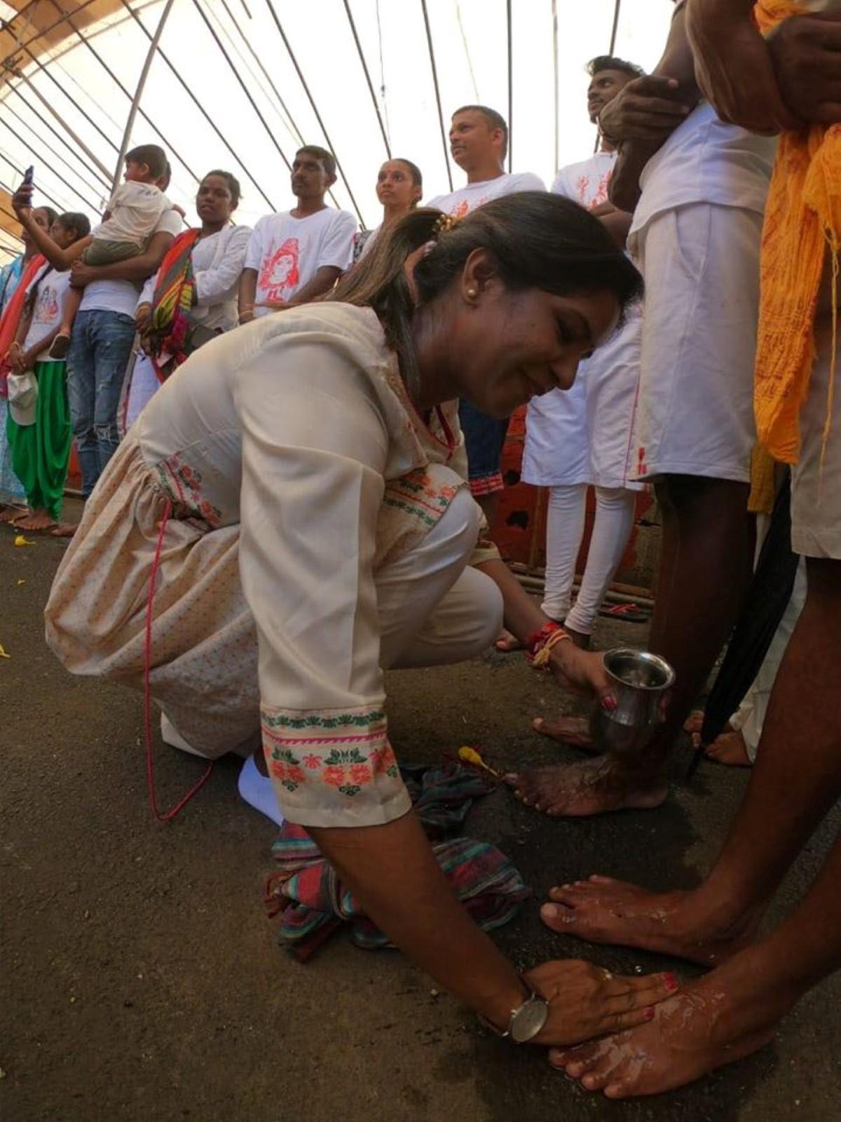 Subashnee Mahadao Lutchmun Roy lavant les pieds des pèlerins à Grand-Bassin.