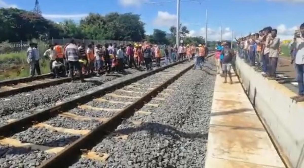 Riche-Lieu : Des travailleurs indiens en grève bloquent le tram du Metro Express