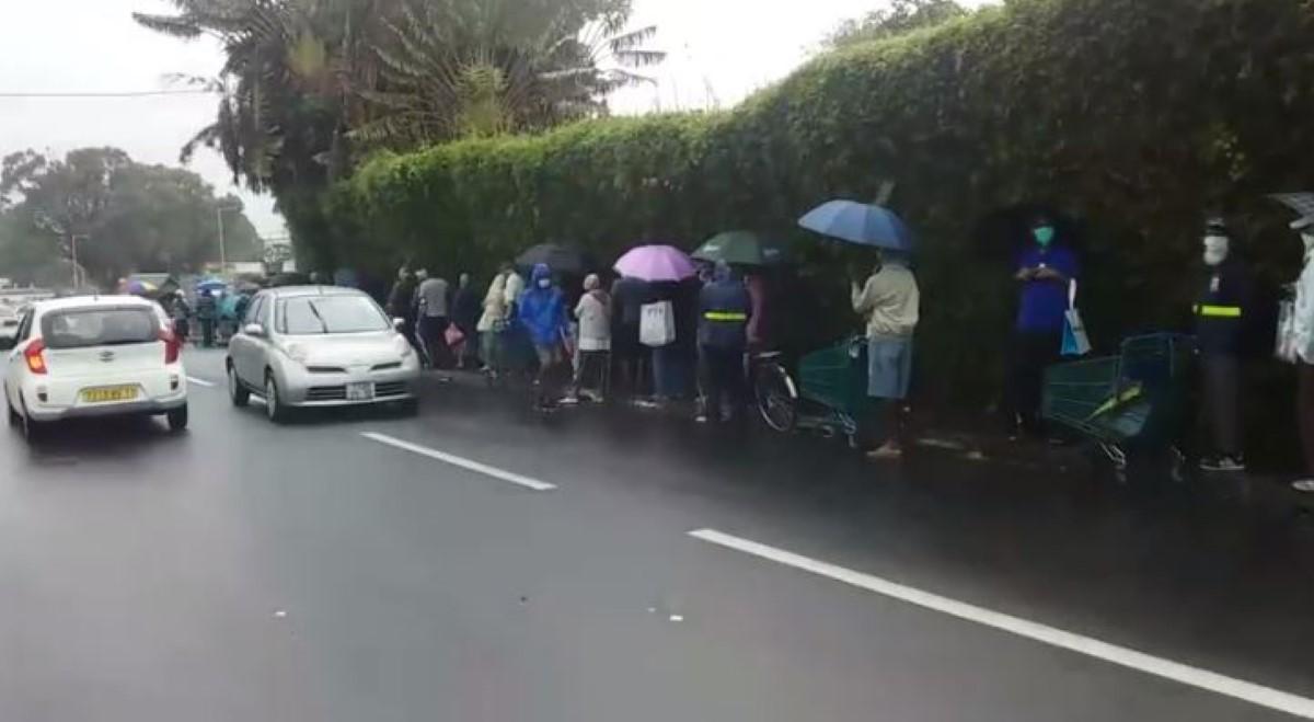 ▶️ Confinement national : A Forest Side, une file de personnes âgées sous la pluie