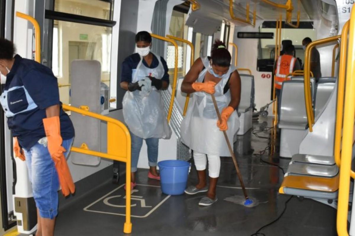Metro express : Mauricio passé à la serpillière avant d'accueillir ses passagers