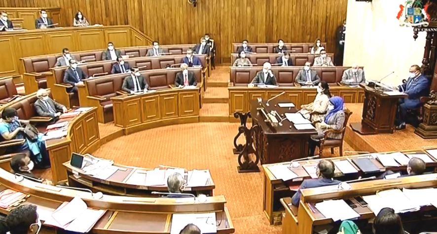 En images : masqués et en gants, les élus font leur retour au Parlement