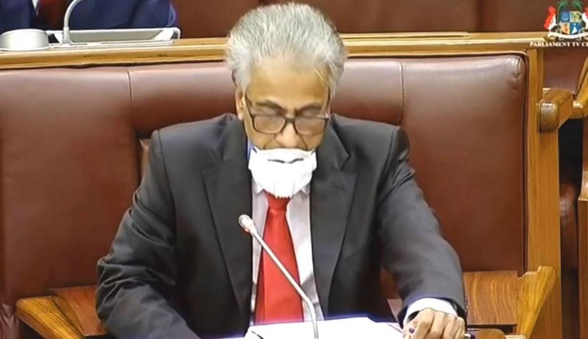 Le leader de l'opposition réprimandé : «Can you wear your mask?»