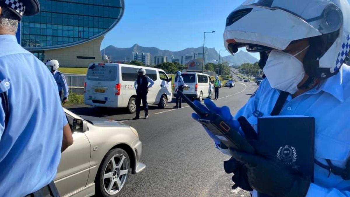 Les barrages routiers se raréfient, la police s'attaque aux autobus