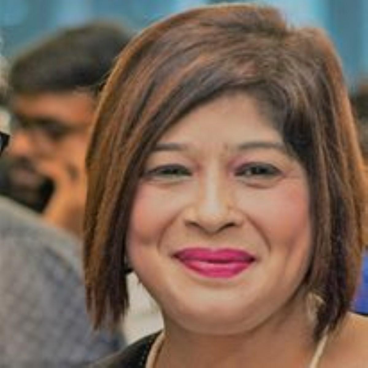 Dorina Prayag retourne à son poste de réceptionniste