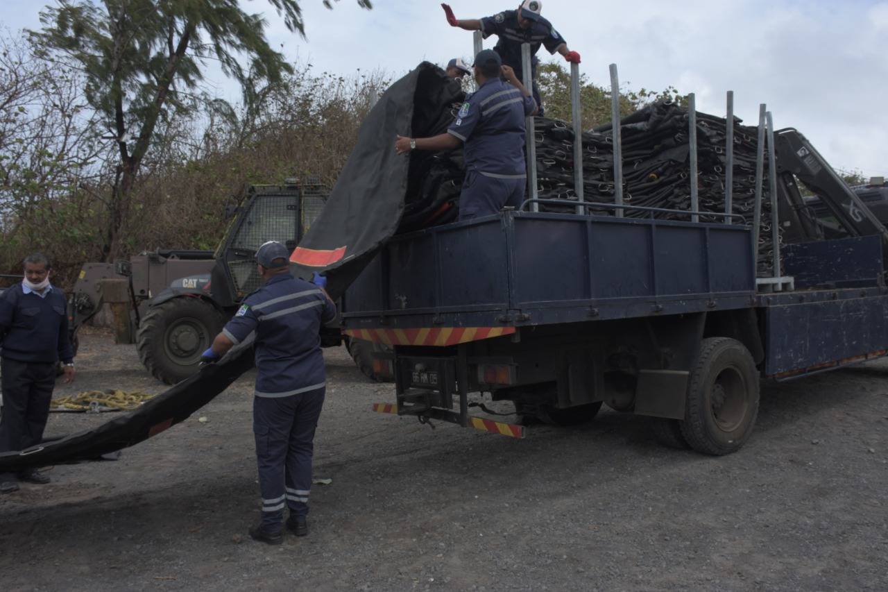 Coincé depuis 24 heures dans les récifs de Pointe d'Esny : Le moteur du Wakashio prend eau