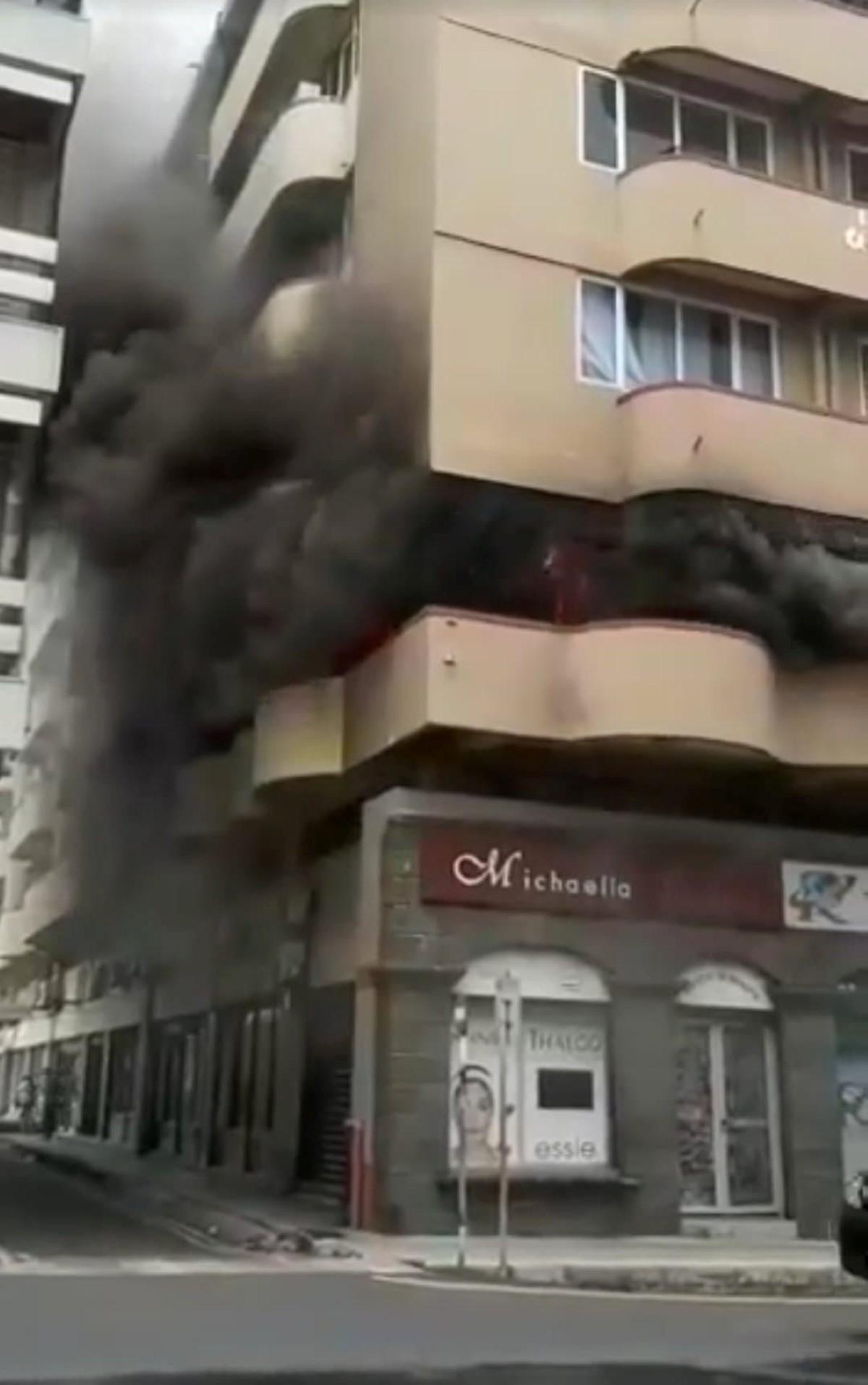 Incendie en cours à Fon Sing Building, à la rue Edith Cavell, Port-Louis