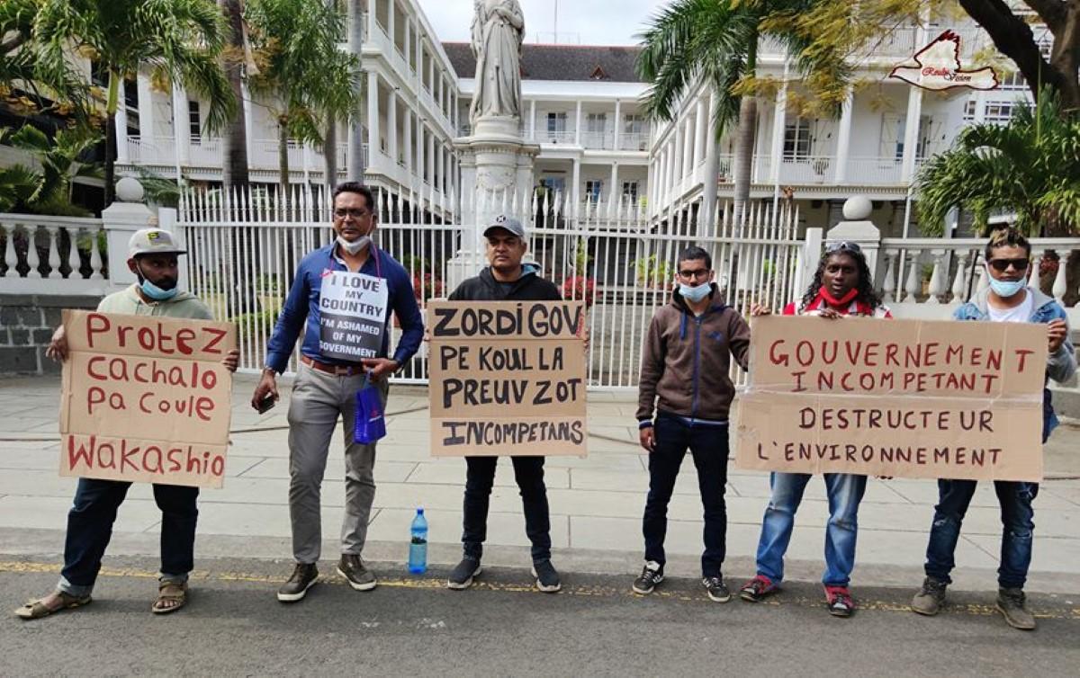 Manifs à Port-Louis contre le sabordage de la proue du Wakashio