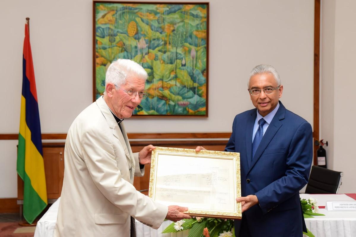 Communication politique et religion : Pravind Jugnauth remet fièrement le certificat de décès du Père Laval au Cardinal Piat