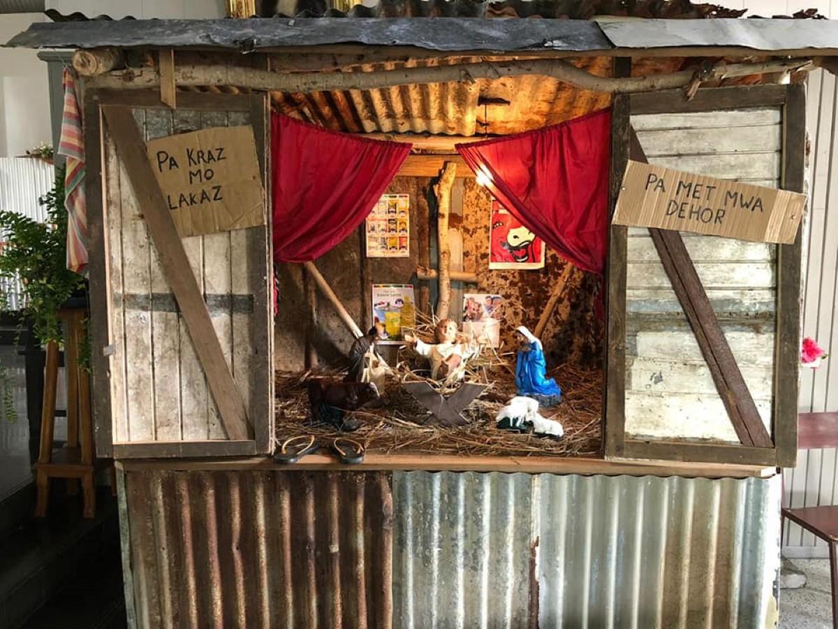 """Crèche de Noël à l'église Ste Ursule, Flacq : """"Pas kraz mo lacaz, Pas met mwa dehor"""""""