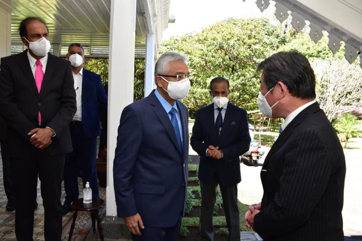Le ministre des Affaires étrangères japonais Toshimitsu Motegi signe un accord de dons financiers avec Maurice