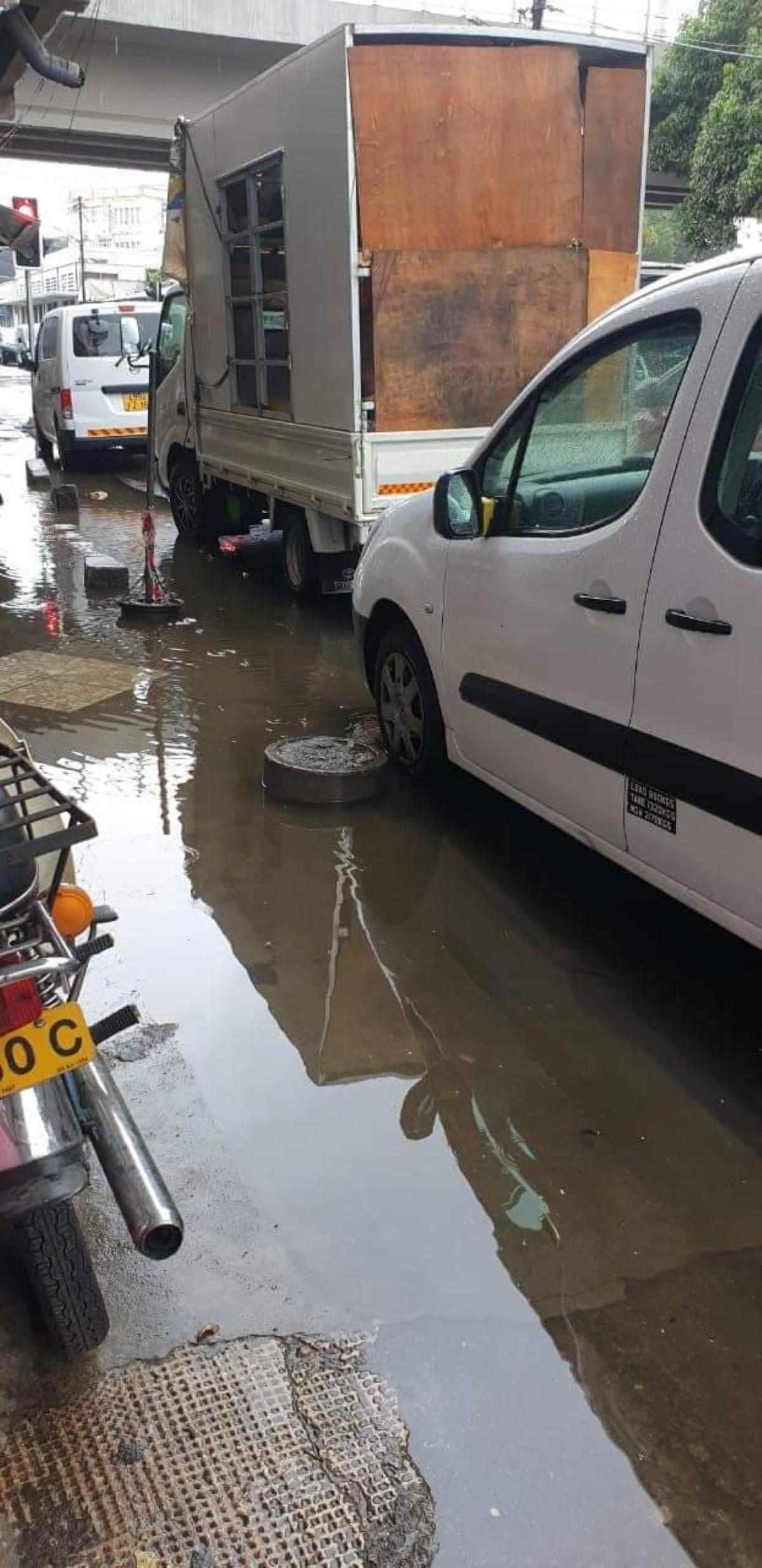 A Rose-Hill, des rues inondées faute de drains