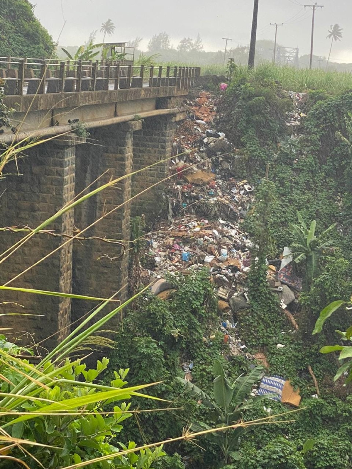 [Vidéo] Dans le Sud de l'île, sous le pont Omnicane, une poubelle géante à ciel ouvert