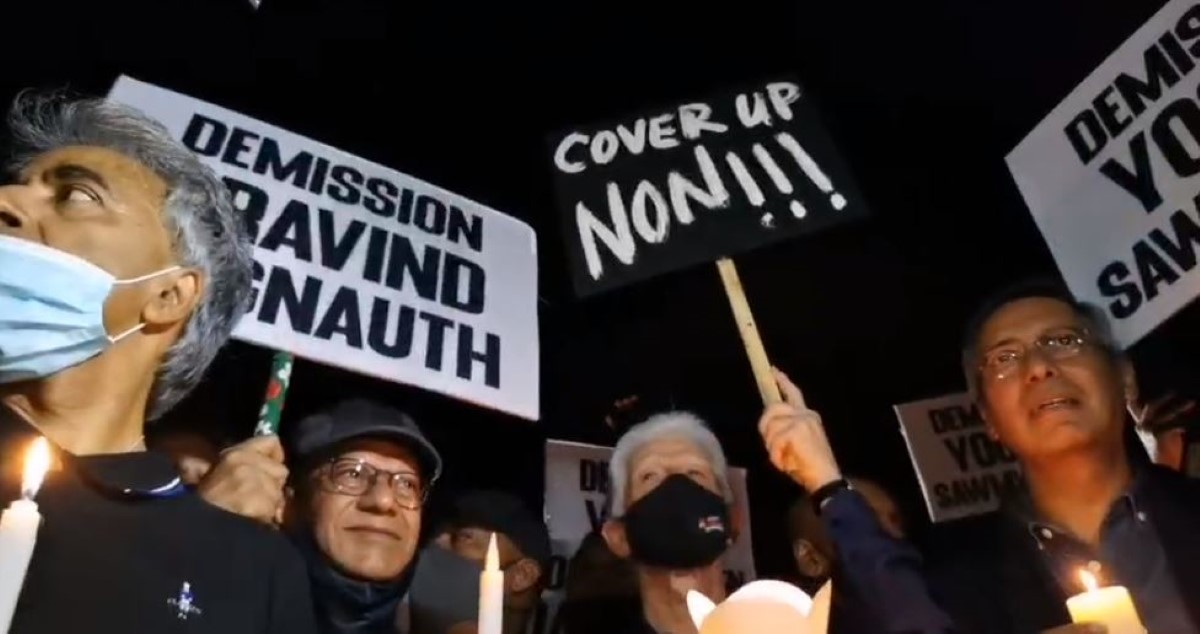 Candle Light en hommage à Soopramanien Kistnen devant la police de Moka
