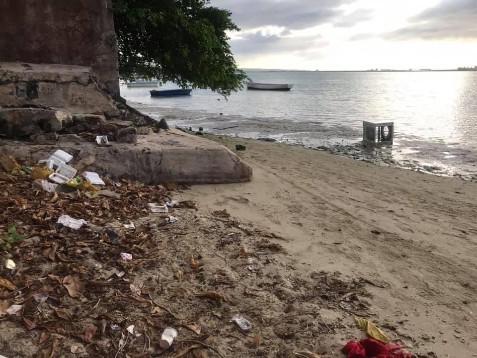 [Diaporama] La plage de Baie-du-Tombeau transformée en poubelle géante