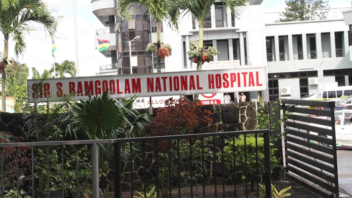 Accident à Pamplemousses : Un motocycliste aux soins intensifs après une collision avec un véhicule du ministère de la Santé