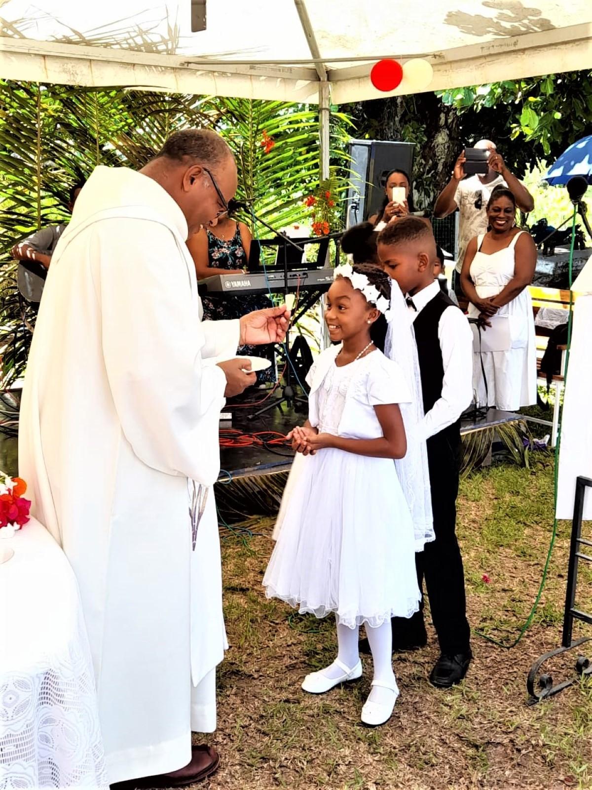 Agaléga : Sans prêtre pendant de nombreux mois, le Père Michel Moura en visite dans l'archipel
