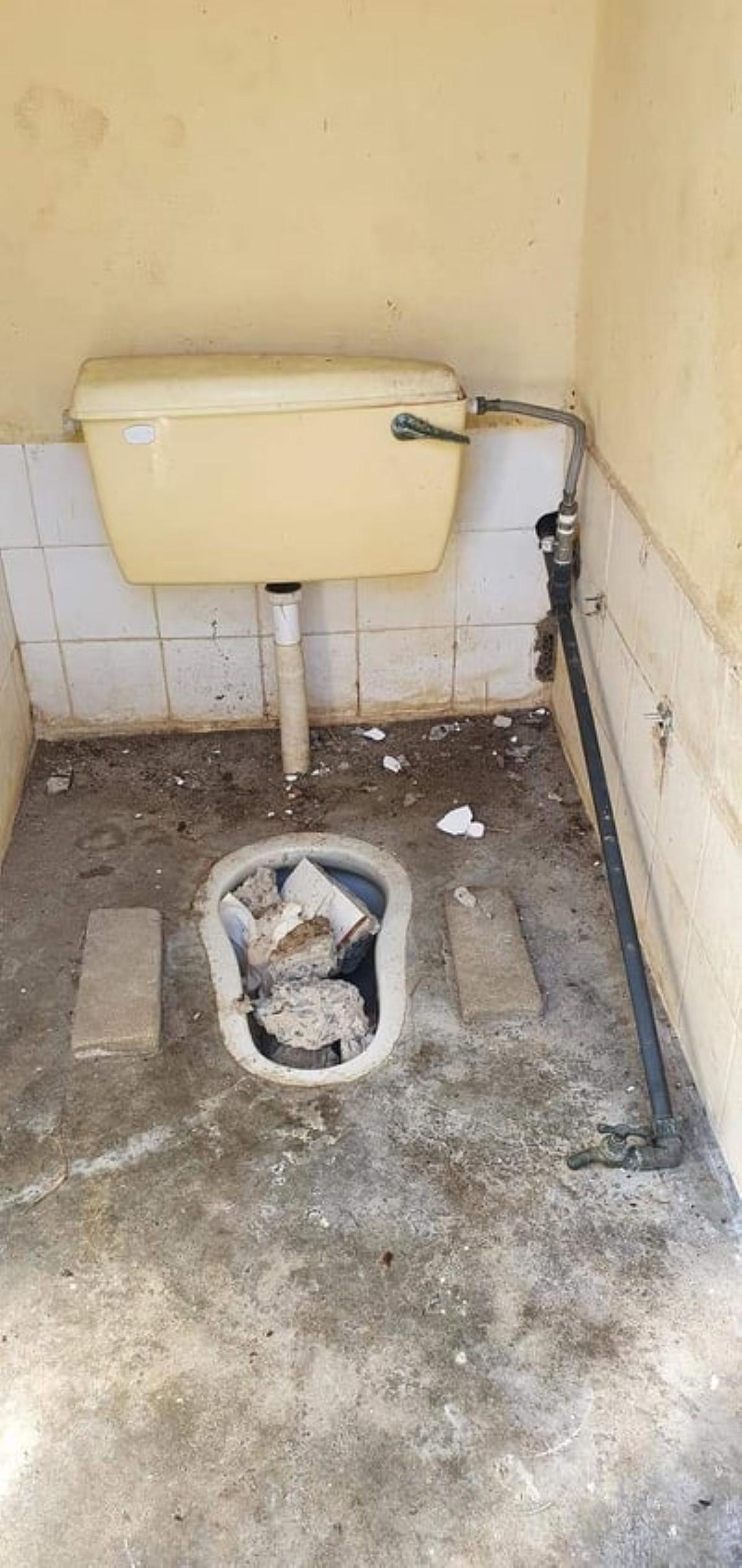 Les toilettes publiques de la plage du Morne condamnées et inutilisables