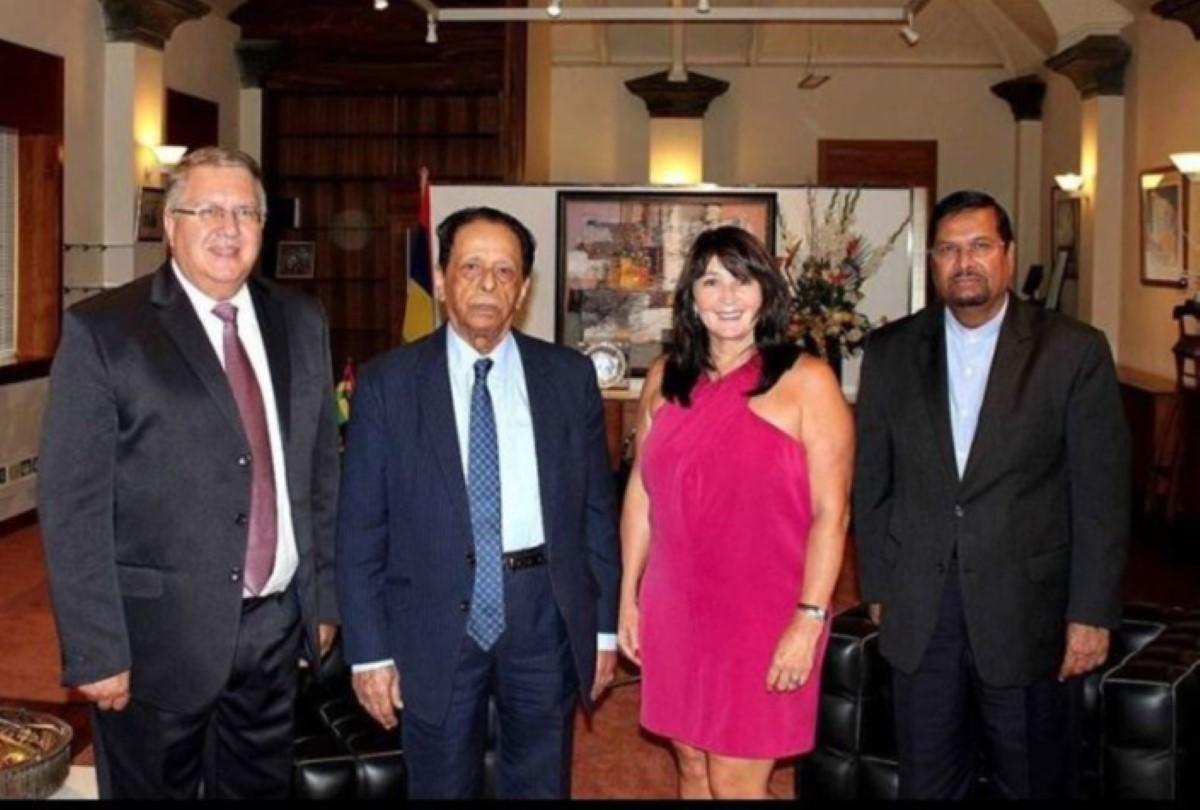 Miranda Meyers en compagnie du Premier ministre de l'époque, sir Aneeood Jugnauth, l'ancien ministre des Terres et du Logement, Showkutally Soodhun