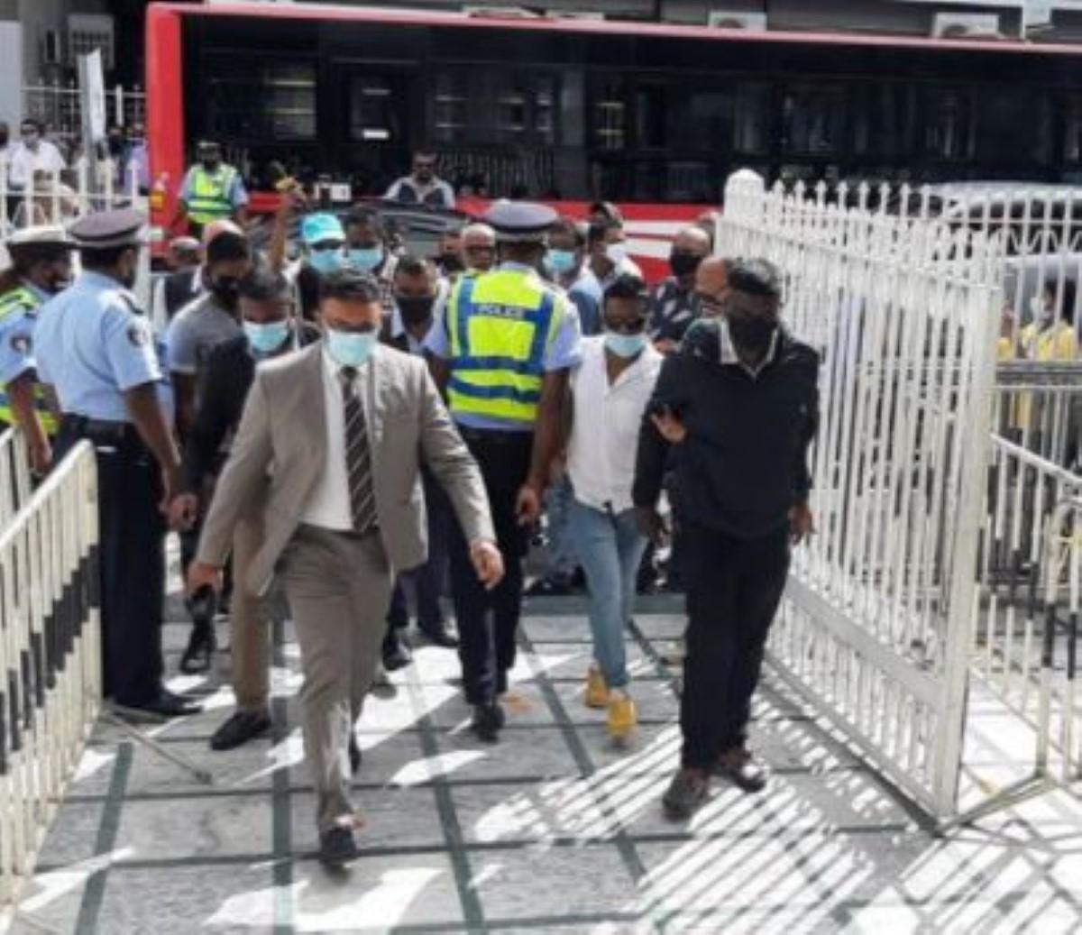 """Emploi fictif : l'ex ministre Sawmynaden fait son entrée à la Cour en """"vilain manière"""""""