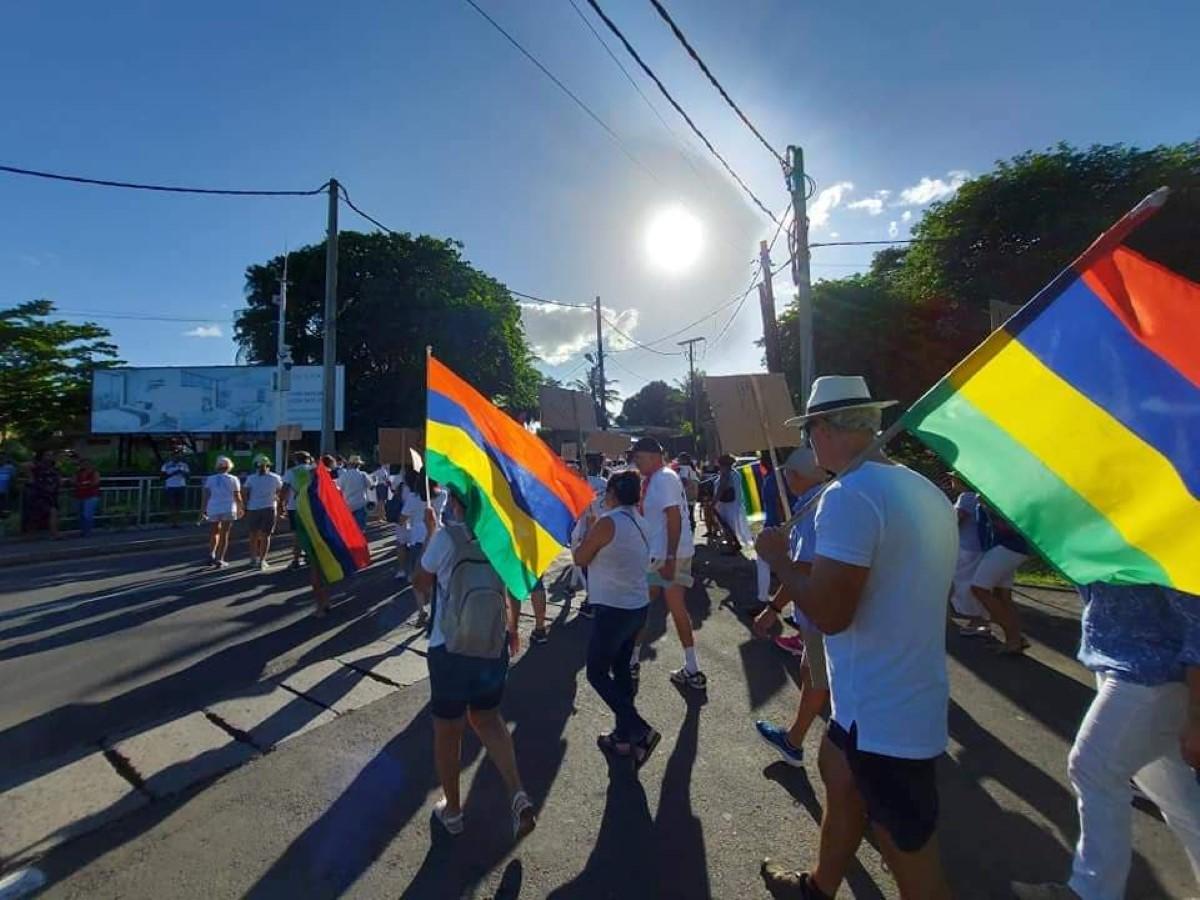 Marche pacifique à Tamarin en protestation du projet Legend Hill sur la montagne La Tourelle