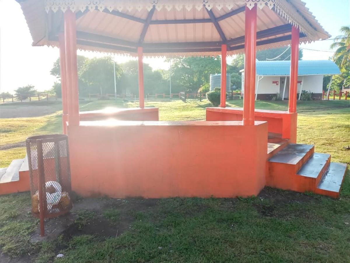 Sur la plage de Pointe-aux-Sables tout est peint en orange