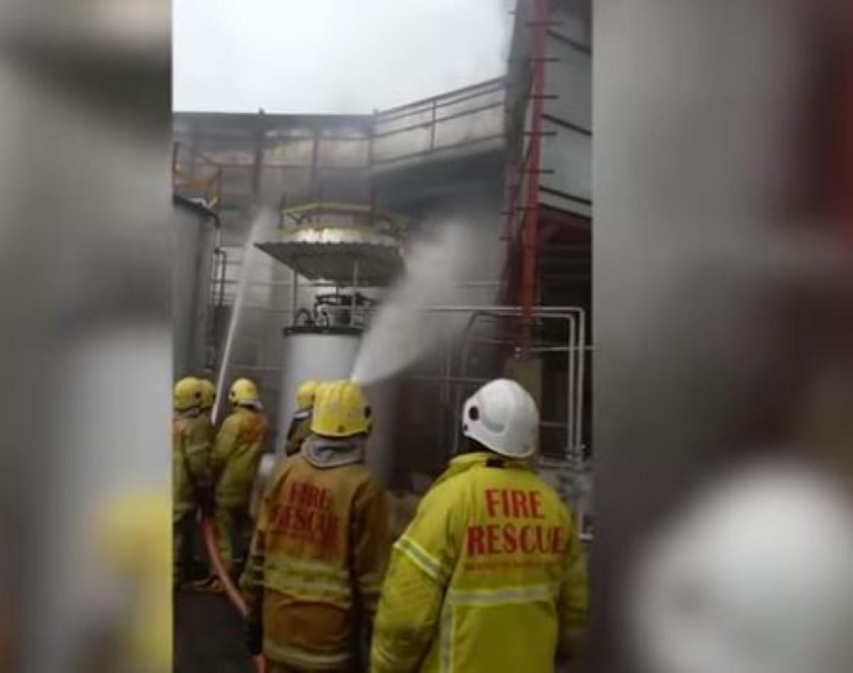 Incendie à Virgin Oil, à Montagne Blanche: Un des conteneurs stockant le fioul du Wakashio a pris feu ce matin