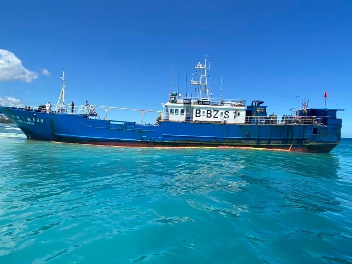 Navire échoué à Pointes-aux-Sables : L'exercice de pompage des 130 tonnes de fioul se poursuit
