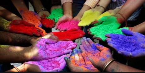 La fête Holi célébrée à la maison en raison du confinement