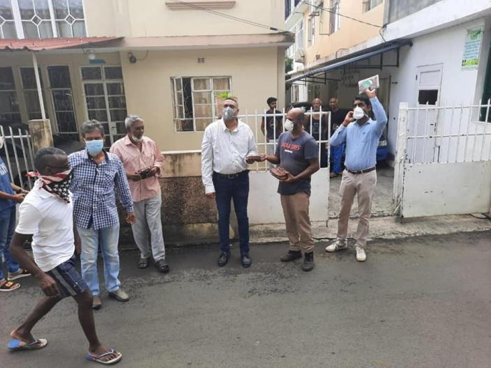 Avinash Teeluck, ministre des Arts et du Patrimoine culturel et PPS Anjiv Ramdhany vu  vus à Valle en dépit du couvre-feu sanitaire distribuant des dattes en faisant du porte-à-porte l'année dernière. 27 avril 2020