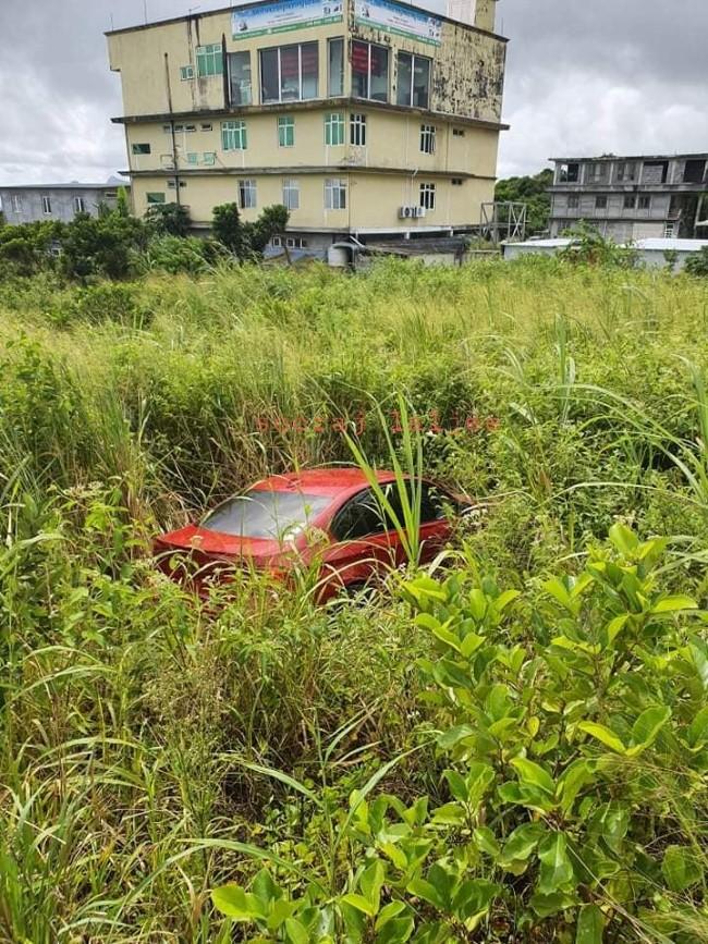 Highlands : Une voiture fait une sortie de route et se retrouve dans un terrain en friche