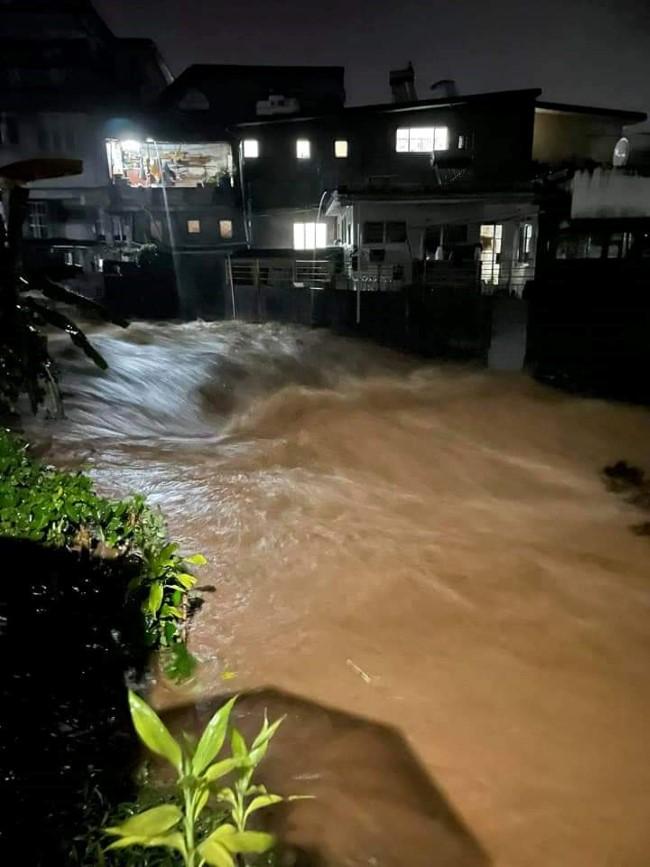 A La Caverne, Vacoas : Montée des eaux avec la rivière Takamaka en crue