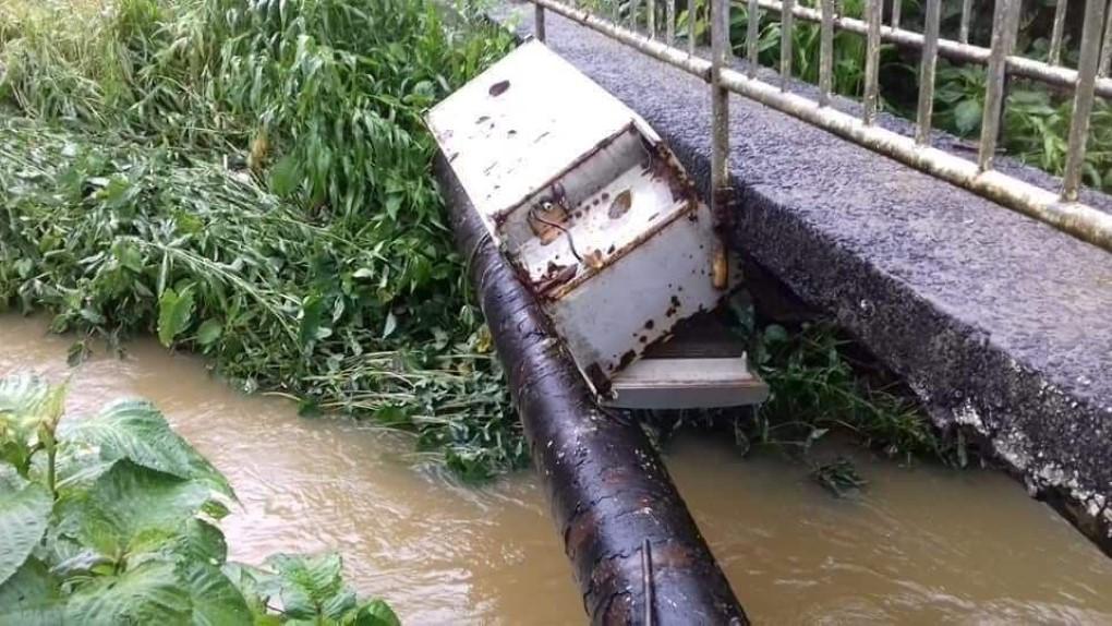 Sous le pont Astroea à Deux Bras, un frigo parmi les débris transportés par la montée des eaux