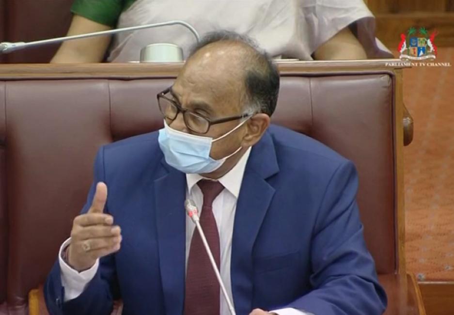 """[Vidéo] Le ministre Alan Ganoo a bel et bien traité Bérenger de """"colon"""" au Parlement"""