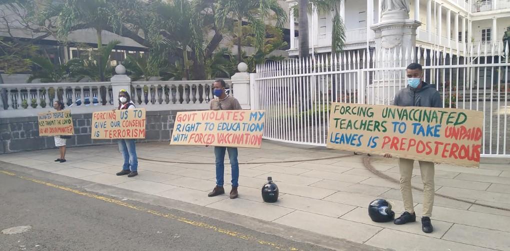 Protestation devant le Parlement contre la vaccination forcée