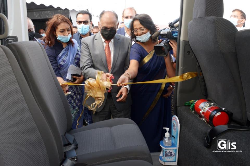 Hurreeram, le « ti taper» du MSM gesticule lors du lancement de quatre minibus