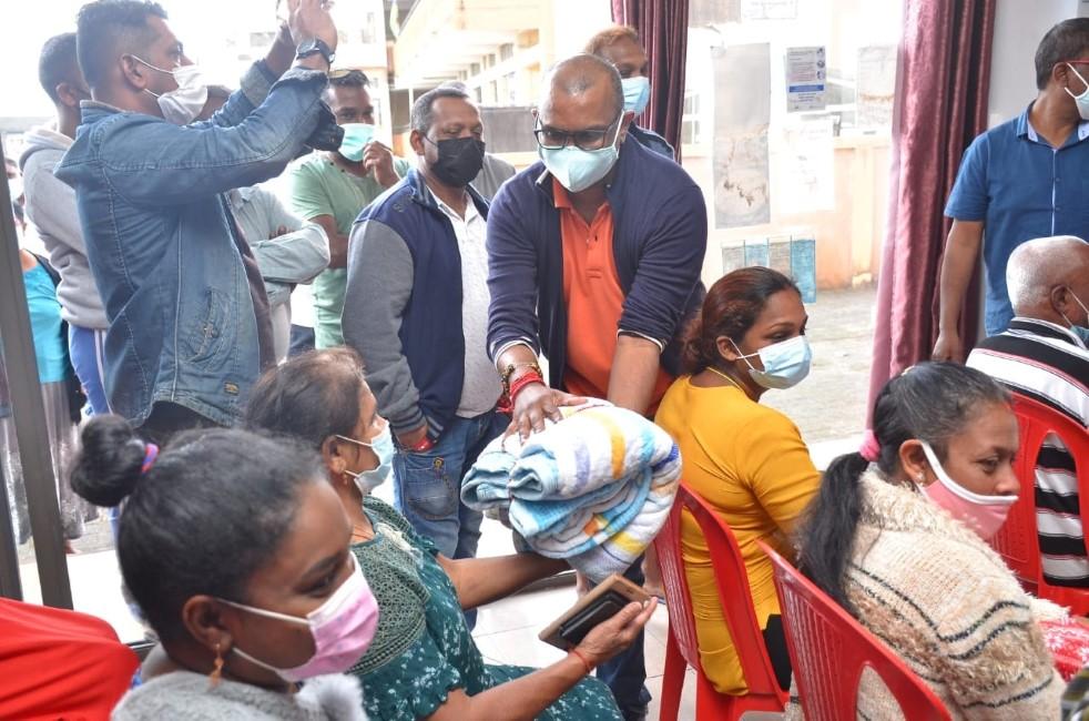 Municipales : Les élus labourent le terrain distribuant couvertures, gilets et poubelles...