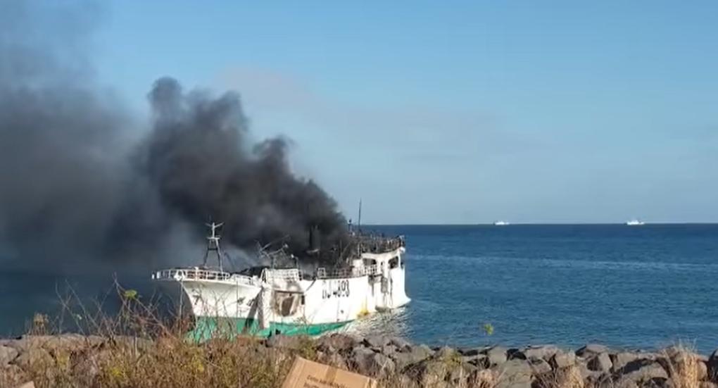 Incendie d'un chalutier taïwanais dans la rade de Port-Louis