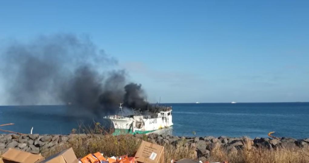 Le bateau de pêche taiwanais toujours en feu