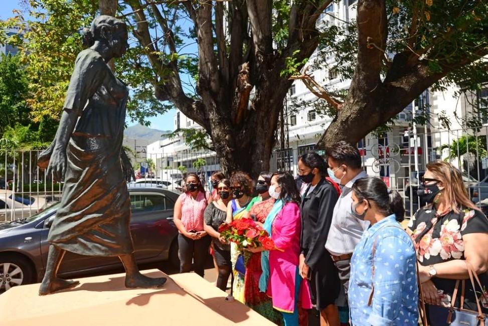 Les femmes du PTr devant la stèle d'Anjalay Coopen