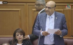 Quand le conseiller au PMO, Jean-François Chaumière se permet de chatouiller la joue de la députée