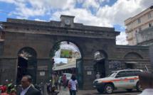 Image du jour : La porte du marché central de Port-Louis défigurée par une pancarte d'interdiction