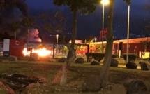 [Ile de La Réunion] Malgré le couvre feu, affrontements et incendie en cours